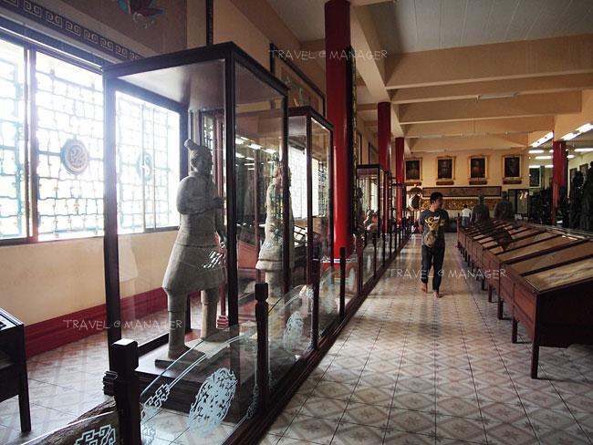 หุ่นดินเผาจากสุสานจิ๋นซีบางส่วนจัดแสดงในตู้กระจก
