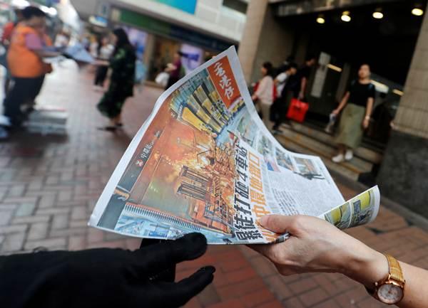 หนังสือพิมพ์พาดหัวข่าวเหตุปะทะระหว่างผู้ประท้วงและตำรวจบริเวณสถานีรถไฟใต้ดินหว่านไจ๋ ในวันอาทิตย์(8 ก.ย.) (ภาพ รอยเตอร์ส)