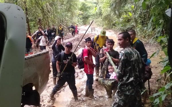 เจ้าหน้าที่รวมพลัง เดินเท้าลุยโคลน แบกร่างน้องวัย 12 ขวบ กลางป่าทุ่งใหญ่ฯ ส่ง รพ.หลังเป็นไข้มาลาเรีย