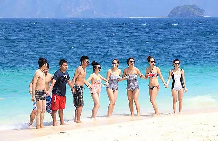 นักท่องเที่ยวเริงร่าบนหาดทรายขาวทะเลสวย ที่เกาะปอดะ