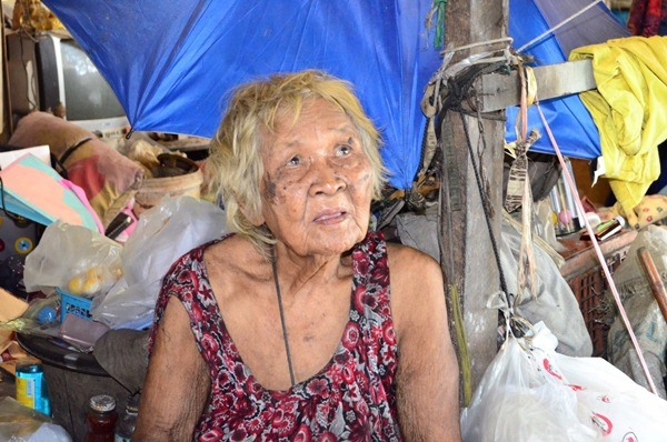 วอนสังคมช่วยเหลือ...สุดรันทดยายสงวนอายุ 105 ปีอาศัยอยู่ในดงป่าพร้อมลูกชายป่วยหนัก
