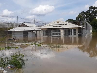 ลำน้ำมูลน้อยล้นไหลท่วมเรือนคัดกรองผู้ต้องหาเรือนจำกลางอุบลฯ