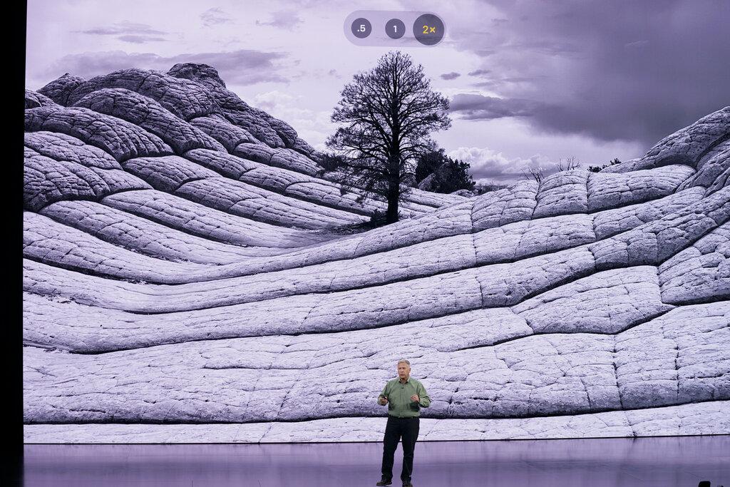 ฟิล ชิลเลอร์ (Phil Schiller) รองประธานอาวุโสยอมรับว่า Deep Fusion จะยังไม่ได้มาพร้อม iPhone 11 ในขณะนี้
