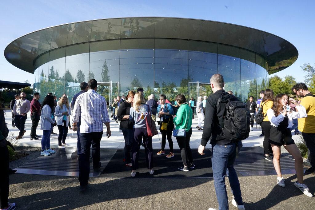 บรรยากาศคึกคักหน้าสำนักงานใหญ่ Apple เมื่อวันเปิดตัว iPhone 11 วันที่ 10 กันยายนที่ผ่านมา