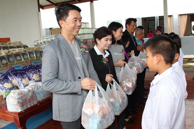 'อินทัช' ลงพื้นที่ประสบภัยน้ำท่วม จ.ร้อยเอ็ด ช่วยเหลือและให้กำลังใจแก่นักเรียน ครู โรงเรียน และชุมชน