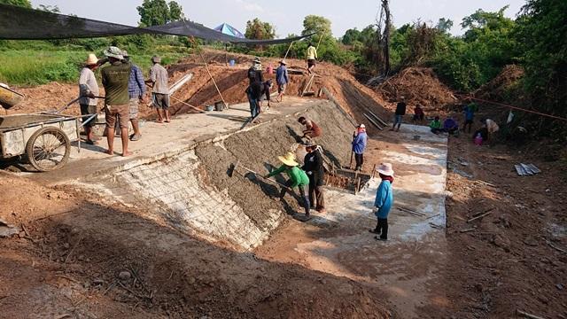ชาวบ้านช่วยกันสร้างฝาย