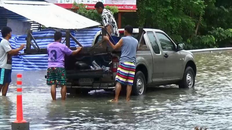 """พิษพายุทำดับ 37 ราย รพ.ยังปิด 11 แห่ง """"อนุทิน"""" บินตรวจ รพ.ปาย กำชับเร่งฟื้นฟูสุขภาพ"""