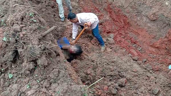 เปิดนาทีชีวิตช่วยคนงานถูกดินถล่มทับเสียชีวิต