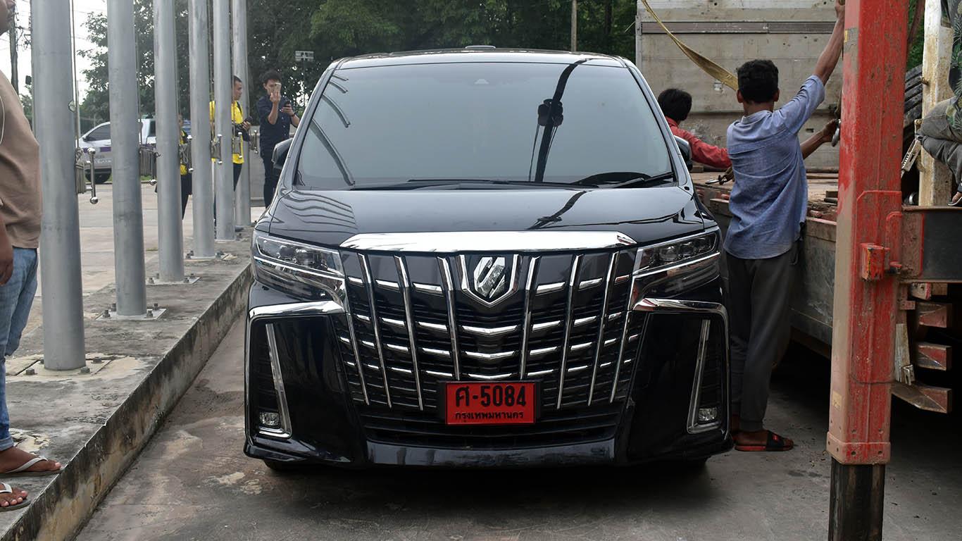 กัมพูชา ส่งคืนรถหรูป้ายแดงหลังตามยึดคืนจากแก๊งหลอกเช่านำขายแนวชายแดนให้เจ้าของชาวไทยแล้ว