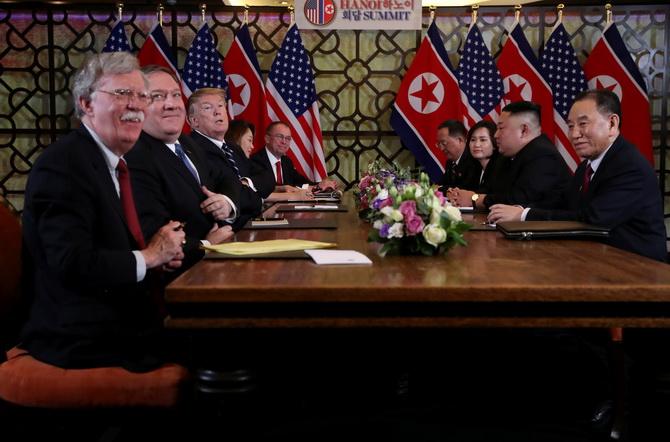 จอห์น โบลตัน ที่ปรึกษาฝ่ายความมั่นคงแห่งชาติสหรัฐฯ(ซ้ายสุด) เมื่อครั้งร่วมคณะประธานาธิบดีโดนัลด์ ทรัมป์ ประชุมซัมมิตร่วมกับ คิม จองอึน ผู้นำเกาหลีเหนือ ที่กรุงฮานอย ประเทศเวียดนาม ช่วงปลายเดือนกุมภาพันธ์