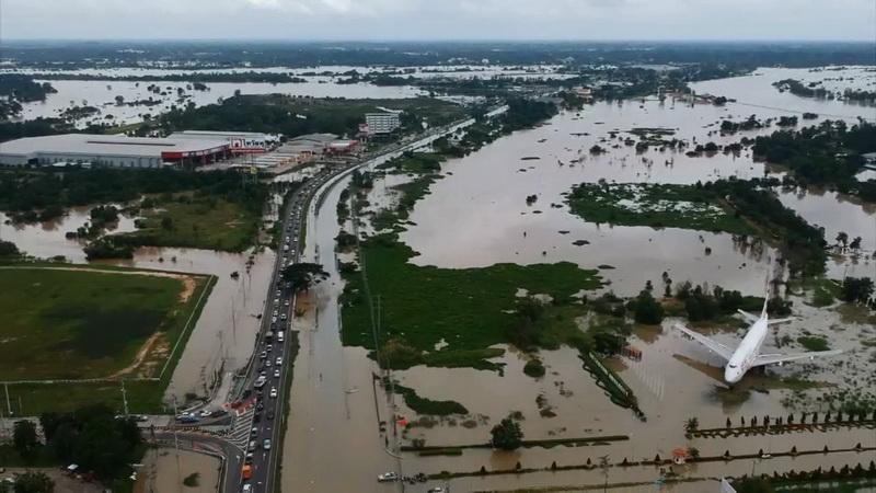 ชาวบ้านเขตเทศบาลสุดช้ำ น้ำเสียบ่อบำบัดเอ่อท่วมบ้านทั้งชุมชน