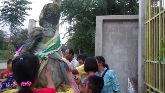 """ความเชื่อ...ชาวบ้านจุดธูปเตาถ่าน กราบไหว้ขอพรรูปปั้น """"องค์สี่หูห้าตาเทวดานำโชค"""