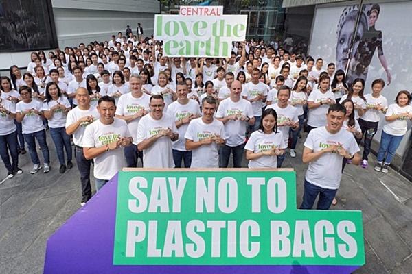 เซ็นทรัลงดแจกถุงพลาสติกโดยใช้ถุงกระดาษใส่แทน พร้อมประกาศเป็นห้างค้าปลีกรายแรกในไทยที่ปลอดถุงพลาสติกภายในปี 2562