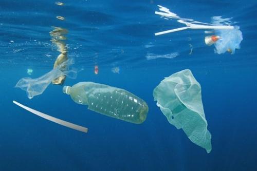 สาเหตุสำคัญของขยะพลาสติกที่ส่วนมากเกิดจากขยะบก ก่อนจะไปสู่ปลายทางเป็นขยะทะเล โดยมีสัดส่วนเป็นขยะพลาสติกถึงร้อยละ 80