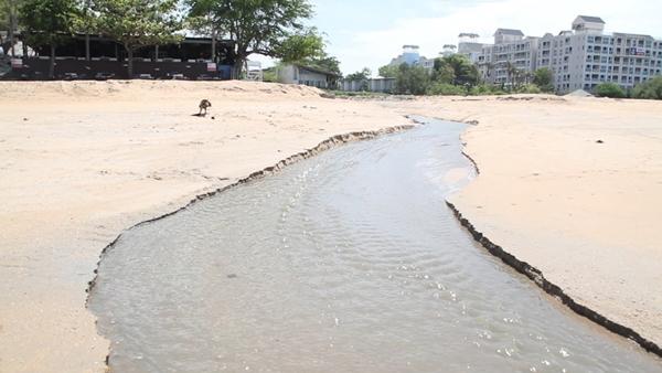 เทศบาลนาจอมเทียน ส่ง จนท.ขุดสันดอนทราย ระบายน้ำเสียคลองน้ำเมาลงทะเล