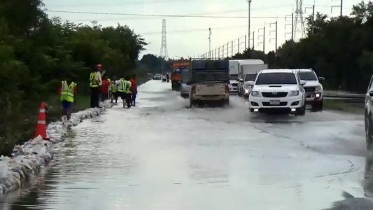ทางหลวงเสริมกระสอบรับน้ำชีไหลท่วมถนนเชื่อมอำเภอ ส่วนแม่น้ำมูลทรงตัวและลดลง