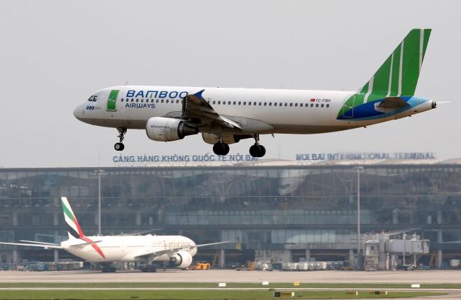 เครื่องบินของสายการบินแบมบู ที่เป็นสายการบินที่ 5 ของเวียดนามกำลังขึ้นจากสนามบินโนยบ่าย ในกรุงฮานอย และประเทศกำลังจะมีสายการบินลำดับที่ 6 และ 7 ในอนาคตอันใกล้นี้.