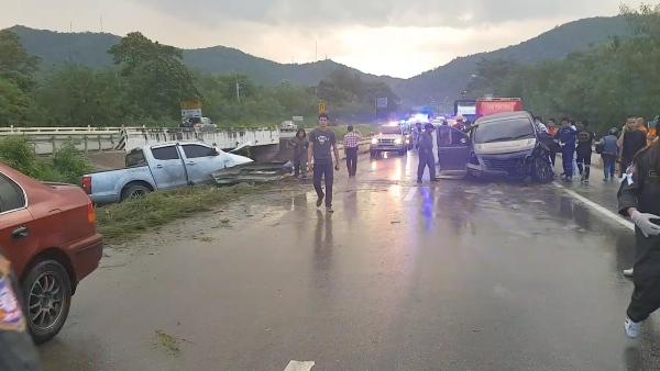 ฝนตกถนนลื่น!ปิกอัพชนรถตู้พระพิษณุโลกสนั่นแยกผาลาด-ลำปาง เจ็บ 7