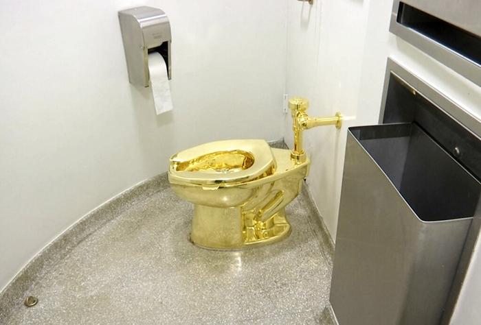'ส้วมชักโครกทองคำแท้'ราคากว่า 150 ล้านบาท  ถูกโจรกรรมขณะตั้งแสดงในฐานะผลงานศิลปะ  ในคฤหาสน์ที่เกิดของ 'วินสตัน เชอร์ชิล'