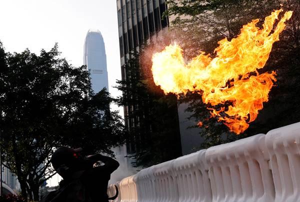 ผู้ประท้วงต่อต้านรัฐบาลปาระเบิดขวด  ภาพวันที่ 15 ก.ย. (ภาพ รอยเตอร์ส)