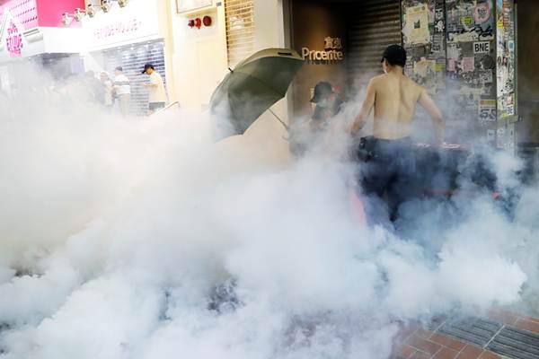 กลุ่มต่อต้านรัฐบาลในม่านแก็สน้ำตาที่คอสเวย์เบย์ ภาพวันที่ 15 ก.ย. (ภาพ รอยเตอร์ส)
