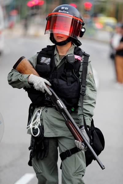 ตำรวจถืออาวุธปืนขณะปิดถนนระหว่างที่ผู้ประท้วงกำลังเคลื่อนขบวนเข้ามายัง Tin Shui Wai  ภาพวันที่ 14 ก.ย. (ภาพ รอยเตอร์ส)