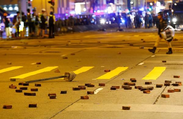 ตำรวจปราบจลาจลในหว่านไจ๋ ภาพวันที่ 15 ก.ย. (ภาพ รอยเตอร์ส)