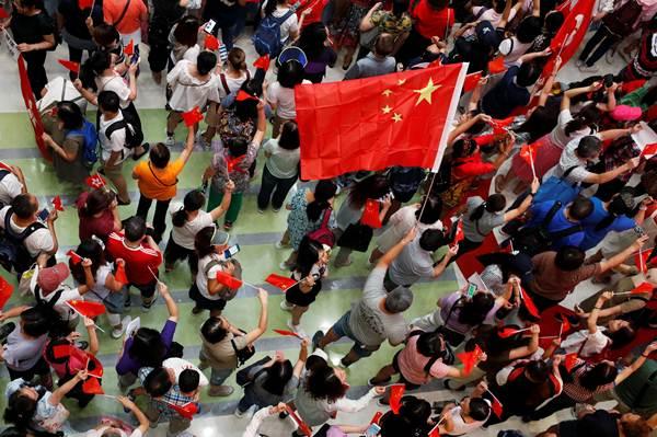 กลุ่มสนับสนุนรัฐบาลจีน ที่ Amoy Plaza ในเกาลูน เบย์ ภาพวันที่ 14 ก.ย. (ภาพ รอยเตอร์ส)
