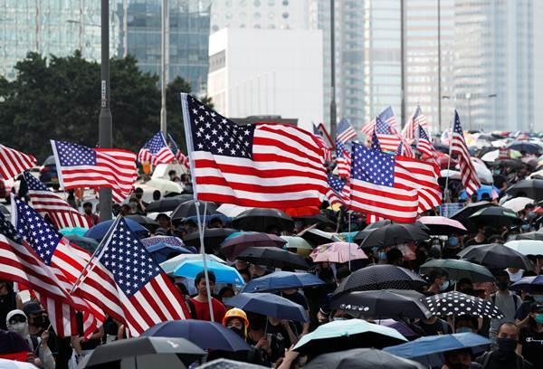 ผู้ประท้วงชูธงชาติอเมริกาในแอดมิรัลตี้เมื่อวันที่ 13 ก.ย. ซึ่งเป็นวันไหว้พระจันทร์ (ภาพ รอยเตอร์ส)