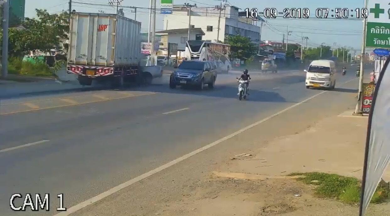เปิดภาพนาทีระทึก กระบะ4 ซิ่งข้ามเลนประสานงากับรถบรรทุก ถูกอัดก๊อปปี้เสียชีวิตคาซากรถ
