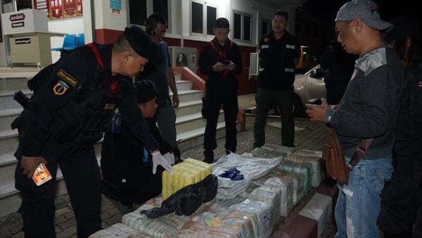 ทหาร กกล.ผาเมือง ซุ่ม 7 วัน 7 คืน ก่อนไล่สกัดจับ 2 สาวแสบบึ่งกระบะขนยาบ้า 25 กระสอบ