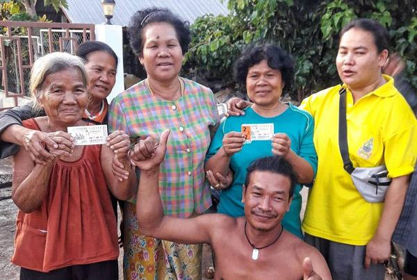 ยายวัย 75 ปีชัยภูมิพร้อมลูกสาว ดวงเฮงถูกรางวัลที่ 1 รวย 12 ล้าน เผยฝันได้เลขเด็ดคืนวันพระศุกร์13