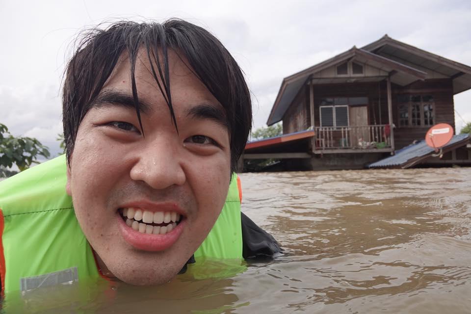 หนุ่มเกาหลีหัวใจไทยบริจาคของใช้เพื่อช่วยเหลือชาวอุบลฯ จากน้ำท่วม