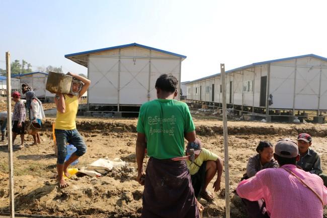คนงานกำลังทำงานในค่ายที่สร้างไว้เตรียมรับชาวโรฮิงญาลี้ภัยในบังกลาเทศเดินทางกลับรัฐยะไข่.