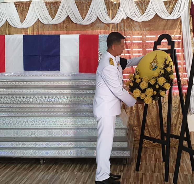 """ในหลวง โปรดเกล้าฯ ให้เชิญพวงมาลาหลวง วางหน้าหีบศพ """"อส.พัลลภ ศรีทองแก้ว"""" ซึ่งเสียชีวิตขณะปฏิบัติหน้าที่"""
