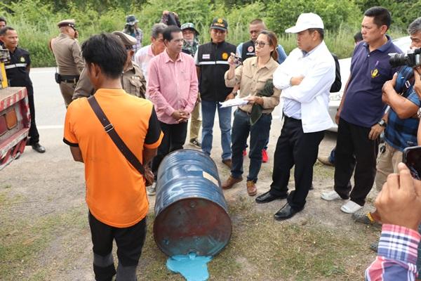 เจ้าหน้าที่ยึดรถสิบล้อลักลอบขนถังสารเคมีมากำจัดที่ราชบุรี