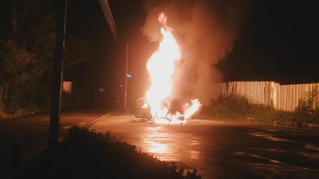 ระทึกกลางดึก!!  หนุ่มช่างซ่อมขับรถยนต์หรูติดแก๊ส เกิดไฟลุกท่วม วอดทั้งคัน