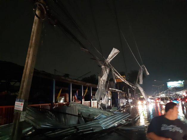 ฝนถล่มบางบัวทองเสาไฟล้ม 30 ต้น รถยนต์ถูกทับเสียหายหลายคัน