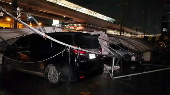 พายุกระหน่ำ อ.บางใหญ่ เต็นท์ล้มทับรถหรูเสียหายหลายคัน