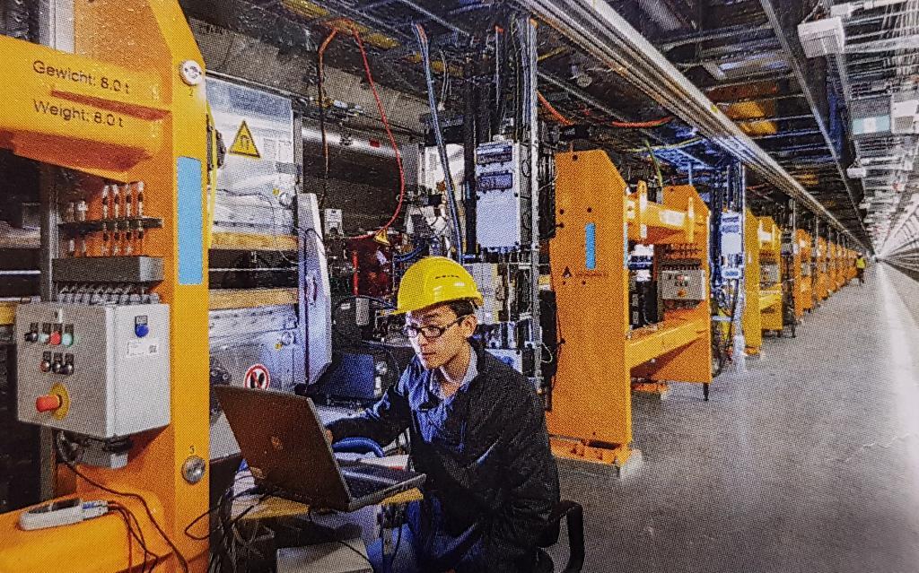 ภายในอุโมงค์มีแท่งแม่เหล็ก (สีเหลือง) ที่ยาว 15 เมตร วางสลับเพื่อผลักอิเล็กตรอนไป-มา ให้ปล่อยรังสีเอ็กซ์