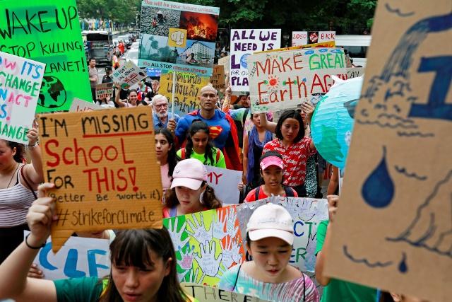 """ผู้ใหญ่ทำอะไรอยู่! เด็กทั่วโลกนัดประท้วง """"ปัญหาโลกร้อน"""" ครั้งใหญ่สุดในประวัติศาสตร์"""