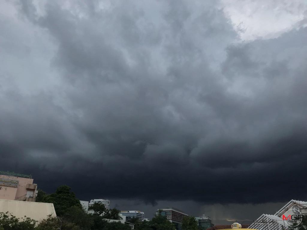มรสุมถล่ม! อุตุฯ เตือน ไทยตอนบนฝนกระหน่ำ-ลมกระโชกแรง กทม.-ปริมณฑลโดนพ่วงด้วย พรุ่งนี้อุณหภูมิเริ่มลด 5 องศา