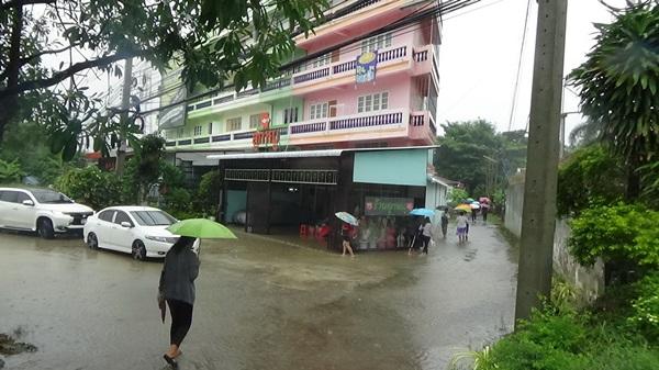 อ่างทองฝนตกหนัก ทำให้เกิดน้ำท่วมขังรอการระบายหลายจุด