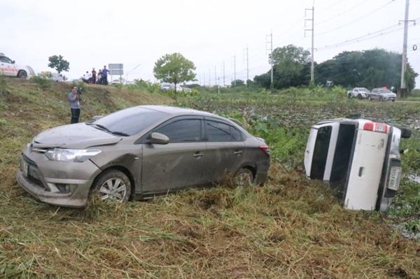 ฝนกระหน่ำถนนสายเอเชียทำให้เกิดอุบัติเหตุกระบะชนรถเก๋งเสียชีวิต 2 บาดเจ็บ 3
