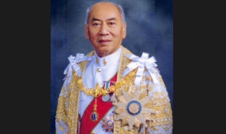 """ในหลวง ทรงรับศพ """"พลอากาศเอก กำธน สินธวานนท์"""" อดีตองมนตรี ไว้ในพระบรมราชานุเคราะห์โดยตลอด"""