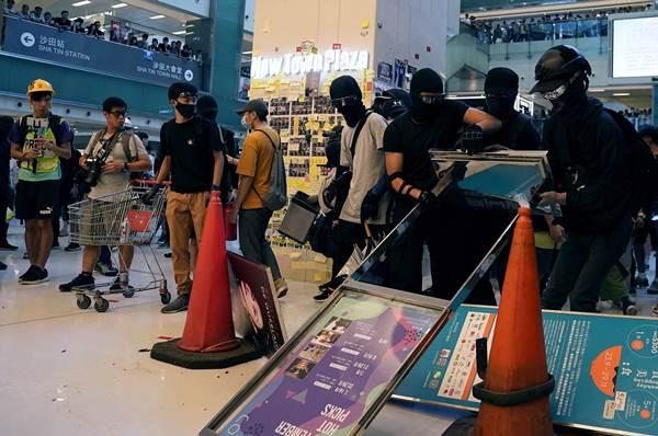 กลุ่มประท้วงต่อต้านรัฐบาลนำสิ่งของต่างๆมากองสุมเพื่อขวางตำรวจเข้ามาในนิว ทาวน์ พลาซ่า (New Town Plaza) ที่ชาทิน ฮ่องกง ภาพ 22 ก.ย. 2019 (ภาพ รอยเตอร์ส)