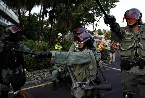 ตำรวจปราบจลาจลไล่สกัดผู้ประท้วงในชาทิน ฮ่องกง ภาพ 22 ก.ย. 2019 (ภาพ รอยเตอร์ส)