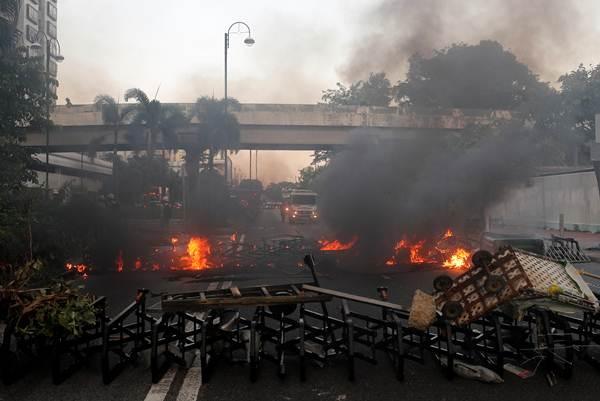ผู้ประท้วงก่อไฟสกัดตำรวจปราบจลาจลระหว่างเดินขบวนในชาทิน ฮ่องกง ภาพ 22 ก.ย. 2019 (ภาพ รอยเตอร์ส)