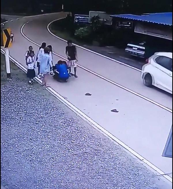 หวาดเสียว วินาที รถ จยย.พุ่งชนเด็กนักเรียนวัย 8 ปี
