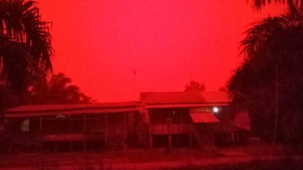 ภาพน่ากลัว!!ไฟป่าเปลี่ยนท้องฟ้าอินโดนีเซียเป็น'สีเลือด'เหมือนดาวอังคาร(ชมคลิป)